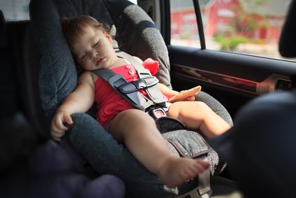 Dalla spiaggia alla macchina: come evitare sbalzi di temperatura nei bambini?