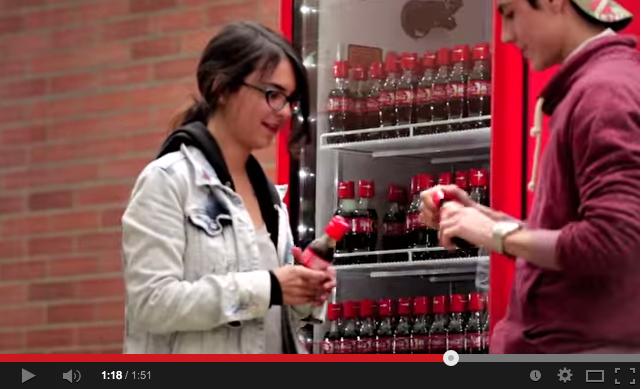 La Coca Cola lancia il tappo dell'amicizia: ragazzi costretti a guardarsi negli occhi