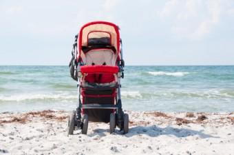 neonato in carrozzina al mare