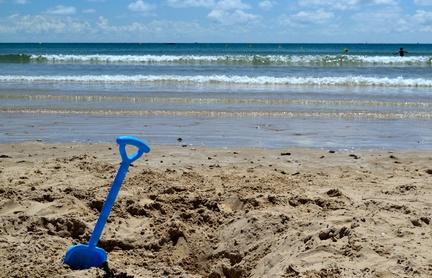 Il chiasso dell'estate e il miracolo del sonno in spiaggia