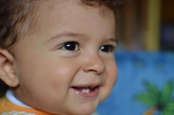 bambino che sorride, primi dentini