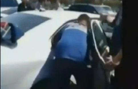Bimbo chiuso in auto sotto il sole: salvato dai pompieri - Il video