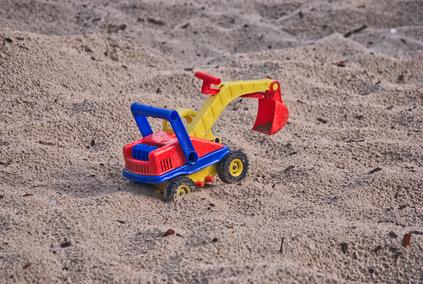 Castelli di sabbia e papà che si prendono troppo sul serio