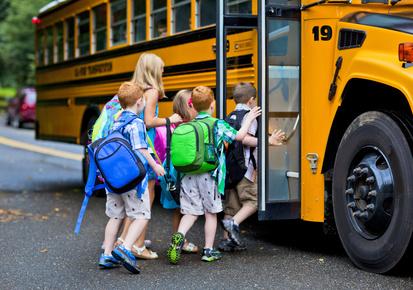Cesena, esplode vetro sullo scuolabus: terrore fra i bimbi