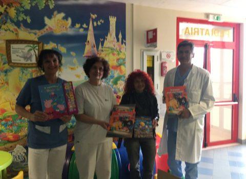 Libri e giochi alle Pediatrie dalla società di Cappanna, campione non vedente