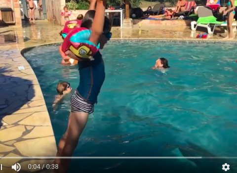 Bimbo rischia di affogare con i braccioli: il papà condivide il video