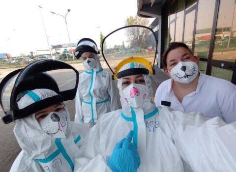 Tamponi ai bambini, le infermiere di Carpi colorano le loro divise