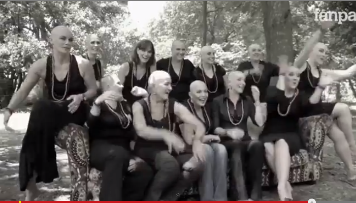 Lei perde i capelli per la chemio: le amiche si rasano per solidarietà. Il video che commuove