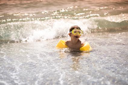 La crema solare, i bambini e i benefici del sole: le regole del pediatra