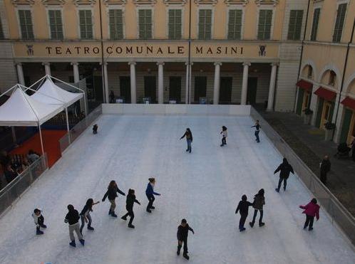 Natale a Faenza con pista di pattinaggio e giostra magica