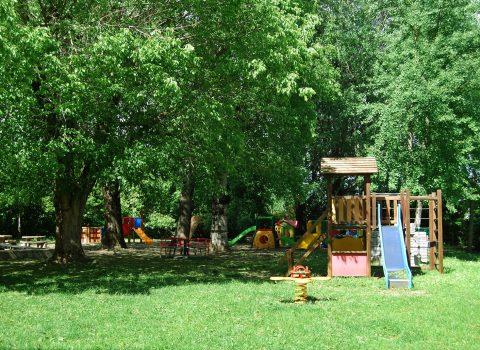 Cotignola: i genitori sistemano il giardino dell'asilo