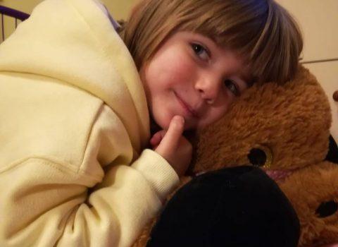 Nina, a tre anni raccoglie fondi per le parrucche delle donne malate di cancro