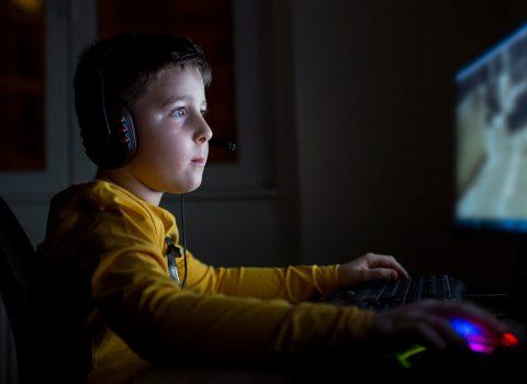 """""""La vita prima del Covid fa paura ai ragazzi: preferiscono videogame e serie tv"""""""