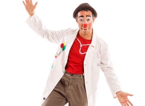 """Lo psicologo che porta il suo clown in corsia: """"La risata dei bambini? Il suono più bello che c'è"""""""